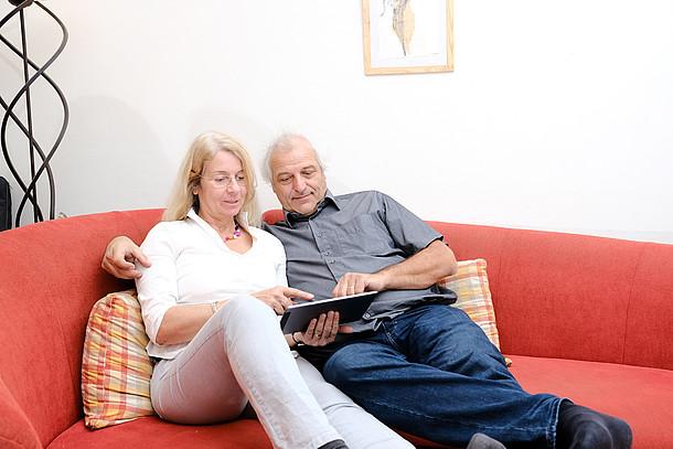 Praxistesterin Cornelia Wiethaler mit ihrem Mann auf der Couch