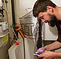 Praxistester Dr. Heiko Stemmann kontrolliert den Gasverbrauch.
