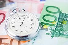 Uhr auf Geldscheinen