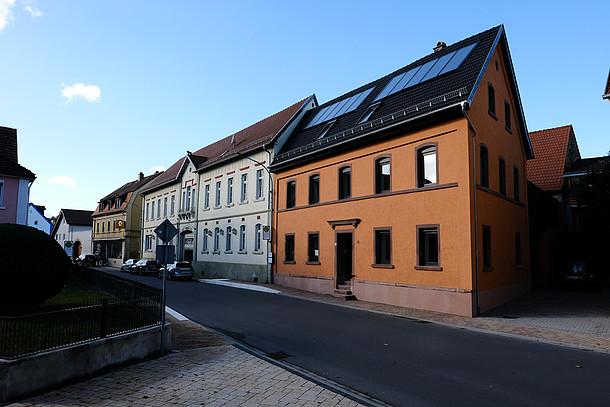 Frontale Hausansicht des gedämmten historischen Hauses