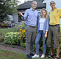 Praxistest Dämmung: Familie Meyer und ihr Handwerker im Garten